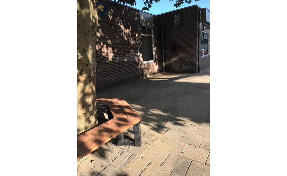 OBS de Mei schoolplein her tegelen en speeltoestellen plaatsen