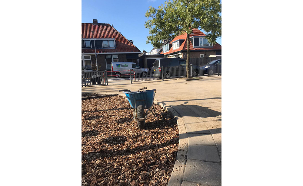OBS de Mei schoolplein her tegelen en speeltoestellen plaatsen.